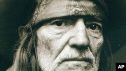 Willie Nelson celebra sus 80 años sin dar señales de se vaya a alejar de la música.