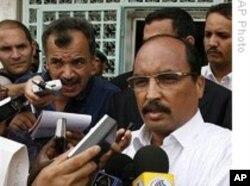 Le président Mohamed Ould Abdel Aziz répond à la presse.
