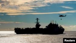 """美国尼米兹级""""斯坦尼斯""""号航母2018年11月13日在海上补充给养"""