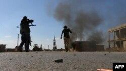 Pemberontak Suriah melawan jihadis ISIS di pinggiran kota Dabiq, 15 Oktober 2016.