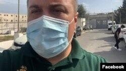 Vəkil Elçin Sadıqov təcridxananın qarşısında gözləyərkən