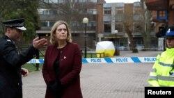 Menteri Dalam Negeri Inggris Amber Rudd mengunjungi lokasi di mana Sergei Skripal dan putrinya Yulia ditemukan setelah terpapar gas saraf di Salisbury, Inggris, 9 Maret 2018.