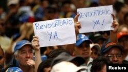 Partidarios de la oposición en Venezuela exigen al gobierno que active el referéndum revocatorio para acortar el período del presidente Nicolás Maduro.