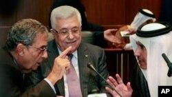 Shugaban Falasdinawa Mahmoud Abbas, yana sauraren ministan harkokin wajen Qatar, Sheik Hamad Bin Jassem, (dama) da sakatare-janar na Kungiyar Kasashen Larabawa, Amr Moussa (hagu) a wani taro a Sirte, kasar Libya ranar Lahadi, 10 Oktoba 2010