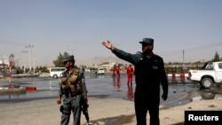 Hiện trường sau một vụ đánh bom tự sát tại Kabul. Số binh sĩ và cảnh sát Afghanistan bị Taliban giết hại nhiều hơn con số của bất kỳ năm nào trong những năm sau khi Taliban bị lật đổ