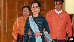 缅甸全国民主联盟领袖昂山素季(中)。