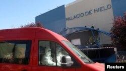 Las autoridades españolas están utilizando una pista de patinaje en hielo en Madrid para enviar los cadáveres después de que la morgue municipal quedó abrumada.