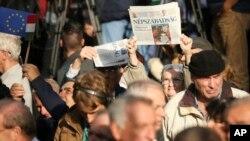 Para pendukung partai-partai oposisi Hongaria berdemonstrasi melawan korupsi dan sebagai aksi solidaritas terhadap harian politik Nepszabadsag, di pusat kota Budapest (16/10). (Balazs Mohai/MTI via AP)