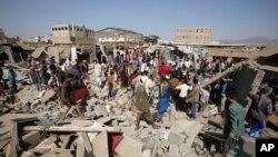 Sebuah pasar di Sana'a, Yaman hancur akibat serangan udara koalisi pimpinan Saudi (foto: dok).