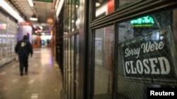 2020年3月26日纽约市布鲁克林区关闭的商店。