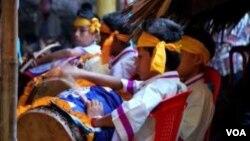 缅甸若开邦的少年在集会上表演若开族战鼓。(美国之音朱诺拍摄,2013年11月7日)