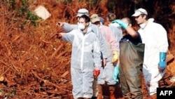 Nadležne službe u Mađarskoj pokušavaju da saniraju ekološku štetu nastalu posle izlivanja crvenog toksičnog mulja iz fabrike aluminijuma na zapadu zemlje, 8. oktobar 2010.