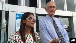 Ông Alan Morison và nhà báo Chutima Sidasathien phát biểu trước truyền thông trước khi ra tòa ở Phuket, Thái Lan, hôm 14/7/2015.