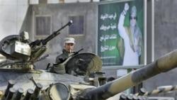 سربازان وفادار به معمر قذافی در منطقه ای واقع در جنوب شرقی طرابلس - ۱ مارس ۲۰۱۱