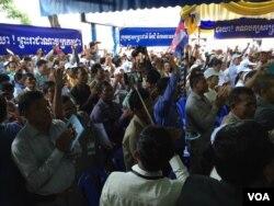 ក្រុមអ្នកគាំទ្រគណបក្សសង្គ្រោះជាតិចូលរួមក្នុងពិធីប្រារព្ធខួបបួនឆ្នាំនៃការបង្កើតគណបក្សសង្គ្រោះជាតិ រៀបចំឡើងនៅទីស្នាក់កណ្តាលគណបក្សសង្គ្រោះជាតិ នៅក្នុងខ័ណ្ឌមានជ័យ រាជធានីភ្នំពេញ កាលពីថ្ងៃទី១៨ ខែកក្កដា ឆ្នាំ ២០១៦។ (ហ៊ុល រស្មី/VOA Khmer)