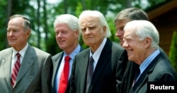 De izquierda a derecha, los expresidentes de EE.UU., George H.W. Bush, Bill Clinton, reverendo Billy Graham, Franklin Graham (hijo de Billy Graham) y expresidente Jimmy Carter, en la inauguración de la Biblioteca en honor del reverendo Graham en el campus de la Asociación Billy Graham en Charlotte, Carolina del Norte.