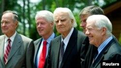 Reveran Billy Graham (2èm, adwat) avèk 3 ansyen prezidan ameriken: Jimmy Carter (premye adwat), Bill Clinton (3èm) ak George H.W. Bush ou Bush Père (ekstrèm goch).