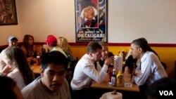 Barack Obama y Dmitry Medvedev hablan mientras esperan por su almuerzo enRay's Hell Burger un restaurante en Arlington.