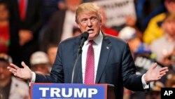 Ứng cử viên tổng thống của Đảng Cộng hòa Donald Trump phát biểu trong một buổi mít-tinh ở Charleston, West Virginia, ngày 05 tháng 5 năm 2016.