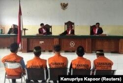 Lima pria, bagian dari kelompok yang terdiri dari 14 pria dan anak lelaki, dihukum karena pemerkosaan dan pembunuhan seorang gadis sekolah berusia 14 tahun, duduk di hadapan hakim selama hukuman di Curup, dekat Bengkulu, Sumatra, 29 September 2016. (Foto: REUTERS/Kanupriya
