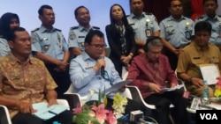 Dirjen Imigrasi Ronny F. Sompie (kedua dari kiri) dan Kepala Perwakilan UNHCR di Indonesia Thomas Vargas dalam jumpa pers terkait pengungsi asing di Jakarta, hari Senin 24/7. (Foto: VOA/Fathiyah)