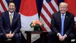 Arhiva - Predsednik Donald Tramp i japanski premijer Šinzo Abe tokom sastanka u Njujorku, u vreme zasedanja Generalne skuopštine Ujedinjenih nacija, 26. seprembra 2018.