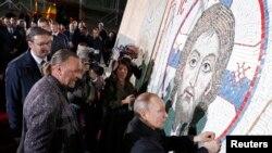 Ruski predsednik Vladimir Putin završava mozaik tokom posete Hramu svetog Save u Beogradu, Srbija, 17. januara 2019.