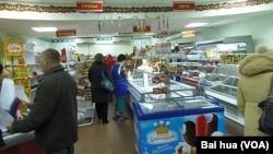 俄罗斯通货膨胀日益严重。西伯利亚北部曼特曼西地区的一家商店(美国之音白桦拍摄)