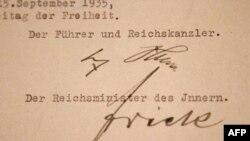 Нюрнбергские законы с подписью Адольфа Гитлера