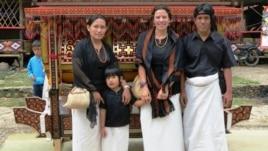 Dr. Kathleen Adams bersama saudara laki-laki angkatnya, beserta isteri dan puteri saudara angkatnya di Tana Toraja (VOA/courtesy photo).