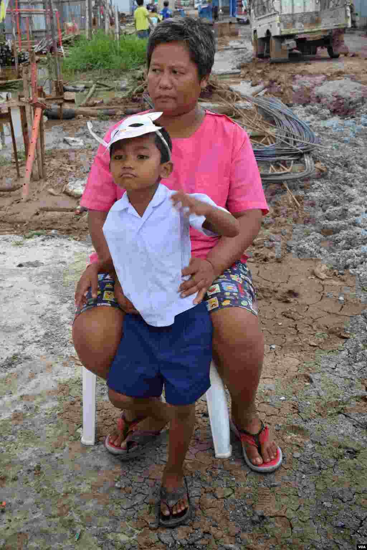 A construction worker from Myanmar, Ma Moe, with her son, Sun Linn Htet, Bangkok, July 10, 2014. (Rosyla Kalden/VOA)