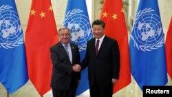 시진핑 중국 국가주석과 안토니오 구테흐스 유엔 사무총장이 지난 4월 중국 베이징 인민대회당에서 열리는 회담에 앞서 악수하고 있다.