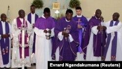 Messe funéraire à l'église catholique en mémoire du général Adolphe Nshimirimana, un haut gradé des services sécuritaires à Bujumbura, le 22 août 2015. (Photo REUTERS/Evrard Ngendakumana)