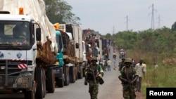 Pasukan perdamaian menjaga konvoi menuju Kamerun, dekat Bangui, Republik Afrika Tengah (8/4).