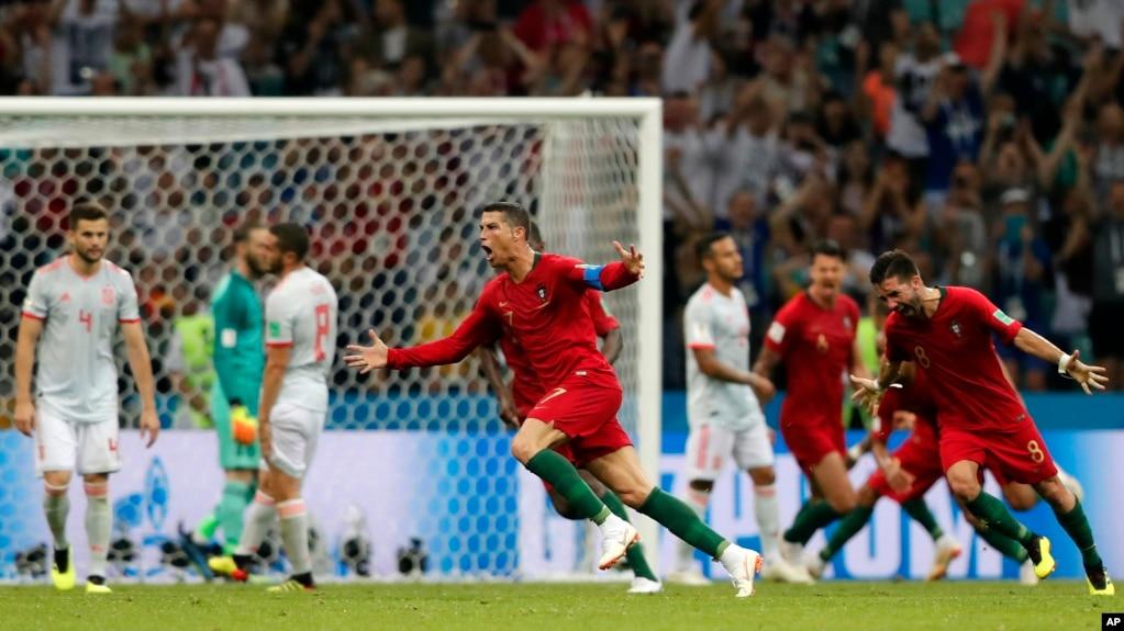 El portugués Cristiano Ronaldo celebra después de anotar su tercer gol con un tiro libre durante el partido del grupo B entre Portugal y España en la Copa Mundial de fútbol 2018 en el estadio Fisht en Sochi, Rusia, el viernes 15 de junio de 2018.