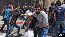 ជនជាតិប៉ាឡេស្ទីនរត់ចេញពីអគារមួយដែលរងការបំផ្លិចបំផ្លាញដោយសារការវាយប្រហារពីអ៊ីស្រាអែល ទីក្រុង Gaza ថ្ងៃទី១១ ខែឧសភា ឆ្នាំ២០២១។