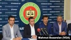 Güneydoğu'daki 16 baro ortak bir açıklama yaparak Diyarbakır Baro Başkanı Tahir Elçi'ye destek verdi. Barolar adına açıklama yapan Van Baro Başkanı Murat Timur, Kürt sorununun, esasında siyasal ama aynı zamanda hukuki ve sosyolojik yönleri olan bir mesele olduğunu söyledi