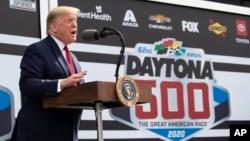 El presidente Donald Trump habla antes del inicio de la carrera de NASCAR Daytona 500 en Daytona Beach, Florida, el domingo, 16 de febrero de 2020.