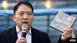 民主黨主席胡志偉表示該黨今年諷刺時弊的卡牌遊戲放在香港製作。(美國之音湯惠芸)