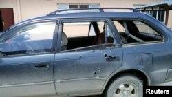 Lubang bekas tembakan terlihat di mobil fotografer Associated Press (AP) Anja Niedringhaus dan reporter Kathy Gannon pasca insiden penembakan di provinsi Khost (4/4).