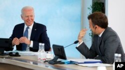 G7 ထိပ္သီးေဆြးေႏြးပြဲမွာ ေတြ႔ဆုံခဲ့ၾကတဲ့ အေမရိကန္သမၼတ Joe Biden (ဝဲ) နဲ႔ ျပင္သစ္သမၼတ Emmanuel Macron. (ဇြန္ ၁၃၊ ၂၀၂၁)