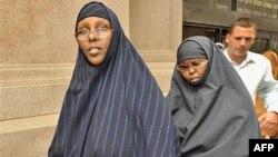 Hawo Mohamed Hassan (trái) và Amina Farah Ali rời khỏi tòa án ở St. Paul, Minnesota