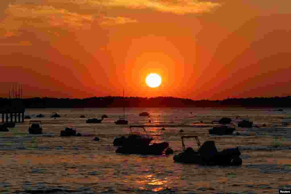 قایق سواری به هنگام غروب آفتاب در خلیج آرکاچون فرانسه