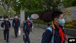 တရုတ္ႏိုင္ငံ Shanghai ၿမိဳ႕ရွိ Huayu အလယ္တန္းေက်ာင္းက ေက်ာင္းသားတခ်ိဳ႕ (ဧၿပီ ၂၇၊ ၂၀၂၀)