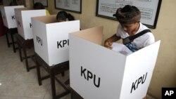 Warga memberikan suara dalam pemilu serentak di Bali, Rabu 17 April 2019 (foto: ilustrasi).