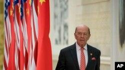美国商务部长罗斯抵达北京人大会堂参加国宴。(2017年11月9日)