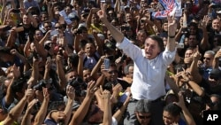 Capres Brazil dari Partai Sosial Liberal Nasional, Jair Bolsonaro dielu-elukan pendukungnya dalam acara kampanye di Brasilia.