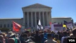 У здания Верховного суда активные сторонники и противники однополых браков