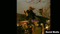 İranın təhlükəsizlik məmuru baş örtüsünü çıxaran qadına hücum edir - Fevral 2018