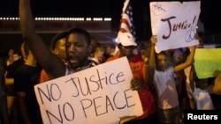 示威者在弗格森镇警察机构对面抗议杀害黑人青年布朗